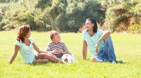 Disfrutar de tiempo en parque soleado Foto de archivo libre de regalías