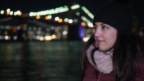 Disfrutar de un rato maravilloso en Nueva York en el puente de Brooklyn por noche metrajes