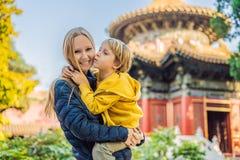 Disfrutar de vacaciones en China Mamá e hijo en la ciudad Prohibida Viaje a China con concepto de los niños Tránsito libre de la  imagenes de archivo