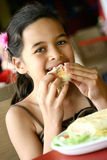 Disfrutar del almuerzo del panini caliente Imagenes de archivo