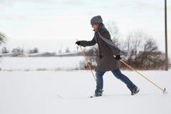 Disfrutar del esquí a campo través Imágenes de archivo libres de regalías