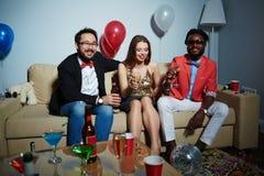 Disfrutar del partido de casa con los amigos Foto de archivo libre de regalías