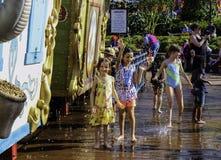 Disfrutar del verano en un parque de la piscina y del chapoteo de la Florida Fotografía de archivo libre de regalías