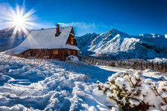 Disfrute de su alojamiento en montañas del invierno Foto de archivo libre de regalías