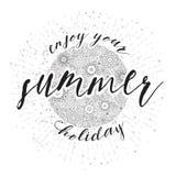 Disfrute de sus vacaciones de verano, tarjeta dibujada mano y caligrafía de las letras Foto de archivo libre de regalías