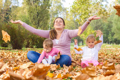 Disfrute feliz Autumn Day hermoso de la madre Foto de archivo libre de regalías