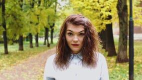 Disgusted молодая женщина redhead в парке видеоматериал