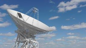 Dishe por satélite que se mueve en time lapse contra un cielo nublado almacen de metraje de vídeo