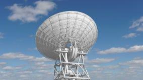 Dishe por satélite que se mueve en time lapse contra un cielo nublado stock de ilustración
