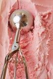 Disher del helado que forma la cucharada Foto de archivo libre de regalías