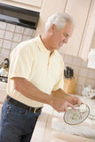 чистка dishes человек Стоковая Фотография