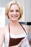 чистка dishes женщина Стоковая Фотография