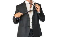 Disheveled mężczyzna w kostiumu mienia krawacie Obraz Royalty Free