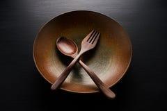 Dishplate ceramico e cucchiaio di legno, forcella di legno Immagine Stock Libera da Diritti