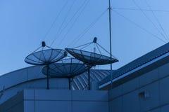 Dishs satellites triples sur le toit de bâtiment Images libres de droits