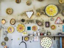 Dishware antigo da porcelana que pendura na parede foto de stock royalty free