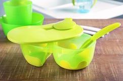 Dishware brilhante do bebê na tabela imagem de stock