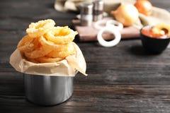 Dishware com anéis de cebola fritados crocantes caseiros foto de stock royalty free