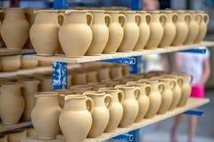 Dishware de cerámica en taller de la cerámica Fotos de archivo