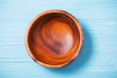 Dishware de madeira no fundo de madeira fotografia de stock royalty free