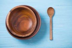 Dishware de madeira no fundo de madeira azul imagem de stock