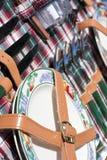 Dishware im Picknickkorb Stockbild