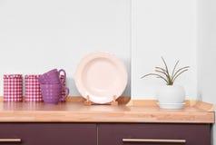 Dishware na cozinha bonita foto de stock