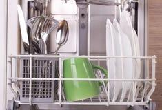 Dishware na máquina de lavar louça fotografia de stock