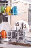 Dishware na máquina de lavar louça fotos de stock royalty free