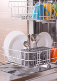 Dishware na máquina de lavar louça imagem de stock royalty free
