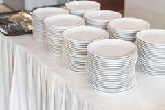 dishware na tabela para o beffet imagem de stock royalty free