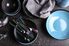 Dishware no fundo cinzento foto de stock royalty free
