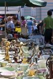 Dishware op antiquiteitenmarkt Stock Afbeeldingen