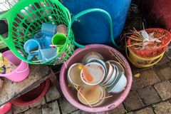 Dishware sujo dentro da bacia plástica fotografia de stock royalty free