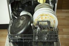 Dishware sujo na máquina de lavar louça imagem de stock