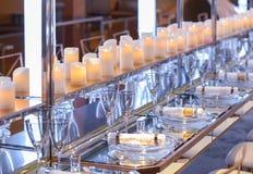 Dishware vacío en una tabla larga Imagen de archivo