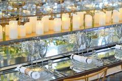 Dishware vacío en una tabla larga Imagen de archivo libre de regalías