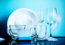 Dishware w pianie z odbiciem na błękitnym tle obraz royalty free