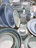 Dishwaregeschäft Platten und Becher stockfotos