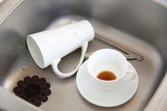 Dishwashing. Witte schotels in de keukengootsteen. royalty-vrije stock afbeelding