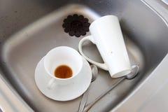 Dishwashing. Witte schotels in de keukengootsteen. stock afbeelding