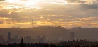 Disig eftermiddag över Portland Oregon horisont Royaltyfri Bild
