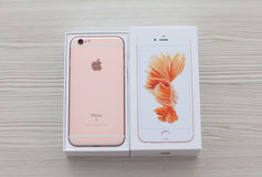 Disimballi il iPhone 6S Rose Gold sulla tavola Fotografie Stock