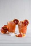 Disintossicazione con riferimento al cocktail freshing dal pompelmo e dall'arancia siciliana con ghiaccio Immagini Stock Libere da Diritti