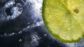 Disintossicazione o concetto di sete Nutrizione sana e dietetica Limonata fredda, bevanda della calce Priorità bassa nera stock footage
