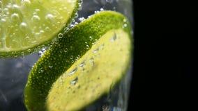 Disintossicazione o concetto di sete Nutrizione sana e dietetica Limonata fredda, bevanda della calce Priorità bassa nera video d archivio