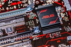 Disipador de calor de Asus en un mainboard más de la prima 350 del asus Imágenes de archivo libres de regalías