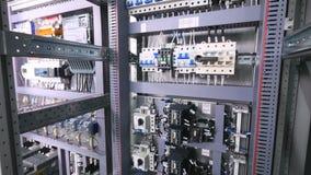 Disjoncteur automatique, fusibles dans un grand support électrique industriel banque de vidéos