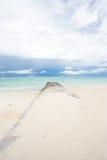 Disjuntor de onda em uma praia tropical Foto de Stock