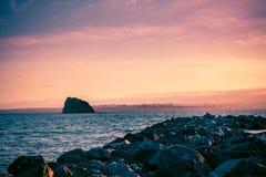 Disjuntores da água da rocha no porto do golfo no crepúsculo fotos de stock royalty free